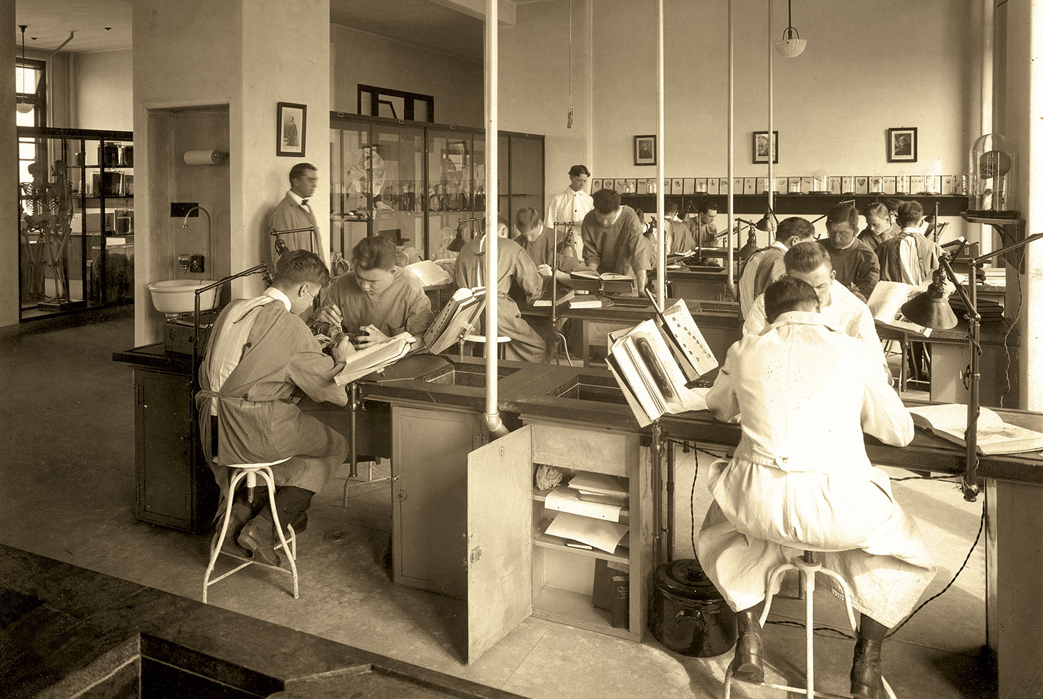 Anatomy class at Barnes Hospital, 1914-1918.